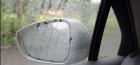 雨天开车时,车窗玻璃和后视镜看不清怎么办?